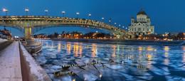 Городские виды. / Панорама Патриаршего моста с видом на Храм Христа Спасителя.