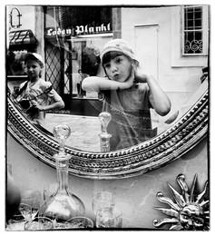 ** * / улица, девочки, зеркало