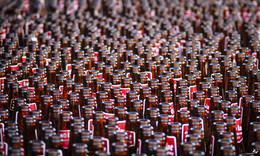Сон пропойцы   Sleep drunkards / В портовом городке Леба, что на севере Польши была забавная традиция у баров: решали кто же из них продал больше пива за лето, так они выставляли на улицу все пустые бутылки, получались бутылочные поля, причём пиво было одной марки