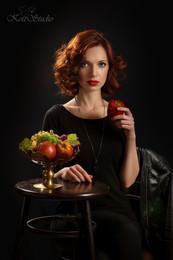 Девушка с красным яблоком / Девушка, фрукты, стол