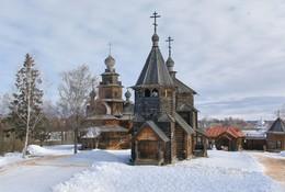 Воскресенская и Преображенская церкви в музее деревянного зодчества Суздаля. / ***