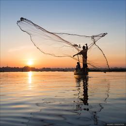 Рыбак... / Мьянма. Вот так еще ловят рыбу в этой стране. Картинка из последней поездки в ноябре 2016 г.   В 2017г. опять поедем фотографировать и наслаждаться этой удивительной страной. Можно поехать с нами.  http://alexeyterentyev.ru/tours/  https://www.facebook.com/photoroof