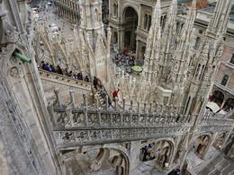 """Милан-Собор Дуамо / Удивительные ракурсы открываются из разных точек обзора.. главная достопримечательность и центр Милана. Гордость всех миланцев, и на их взгляд, самый красивый в мире готический собор. Ну где еще в мире вы найдете собор, который насчитывает 135 шпилей, 3400 статуй, а самая главная из которых – отлитая из позолоченной бронзы статуя Мадонны, высотой 4,16 м.""""Мадоннина"""", как ее ласково называют миланцы, мать Иисуса Христа, символ и покровительница Милана. Расхожее итальянское выражение «в тени Мадоннины» обозначает только одно – речь идет о Милане. Цена билета на посещение кафедрального собора Дуомо составляет 2 евро, очень советую его посетить, так как внутри Дуомо просто великолепен! Вы как бы попадаете в лес из колонн (всего их 52), освещенный цветным светом огромных мозаичных окон."""