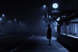 The first passenger / Einsamer Mann wartet auf den Zug.