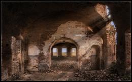 Отгоняя темноту. / Маленькие радости старого храма. Ведь даже в разрушенную стену, может литься свет... Церковь Спаса Всемилостивого