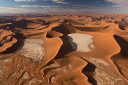 Великие дюны Намиба / Дюны пустыни Намиб одни из самых высоких на планете. Те, что вы видите, достигают 180 м. Справа видна знаменитая Долина Смерти (Дедвлей). Снимок сделан с высоты ок. 1000 м. Национальный Парк Соссусвлей, Намибия