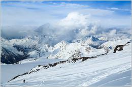 Путь вверх / Вид со склона Эльбруса, начало мая, 4000 с чем-то