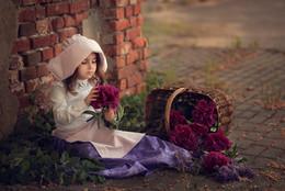 Маленькая цветочница / красивая маленькая девочка, девочка-цветочница)