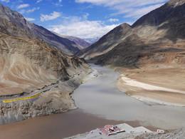 Слияние рек Инд и Занскар / Гималаи, Индия