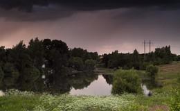 Скоро будет дождь / Грозовые тучи на деревенском пруду.