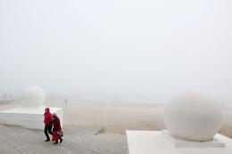Конец сезона / Море. Туман. Люди. Шары.