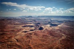 Без названия / Национальный парк Каньонлендс охватывает огромную территорию нетронутой природы в южной части штата Юта, центр которого находится в месте слияния рек Грин и Колорадо. На протяжении миллионов лет реки и их небольшие притоки вырезали среди осадочных пластов породы каньоны удивительных форм с широким диапазоном цветов. Здесь можно увидеть песчаные каньоны и островерхие скалы, а также древние петроглифы анасази.