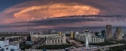 Закат / Необычное облако над мемориалом Байтерек в Астане привлекло мое внимание. Редко когда можно увидеть в Астане облака такой формы.