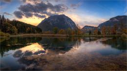 / Herbstliche Spiegelung am Grimming in Trautenfels (Steiermark)