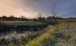 Деревенька у реки на рассвете / Осень.