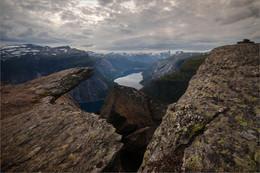 """Во власти гор / Норвегия, гора Троллтунга """"Язык Тролля"""" образовался, когда кусок скальной породы откололся от массива горы Скьеггедаль, но из-за сравнительно небольшого веса не упал вниз, а завис на высоте 350 метров над рекой. Кроме основного языка есть еще несколько маленьких языков. Но они не менее фотогеничные."""
