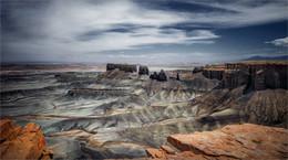 / Moonscape overlook. Пейзаж там действительно бесцветно-лунный и только теплое восходящее солнце иногда окрашивает его красками. Найти место непросто, ориентировались по координатам. Но когда после ярких красок пустынных идолов подъехали к черно-белому карьерному образованию, стало как-то не по себе. Вниз где-то на 50-70 метров резко уходит вертикальный обрыв. Когда стоишь на небольшой площадке, появляется чувство полета. При этом в округе нет ни одного человека.