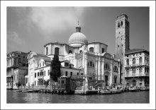 Чорнобелая Венеция / Костел спускается к воде. Когда бывают приливы, вода подходит почти под самые двери