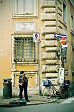 let me entertain you! / A street musician on Via del Corso in Rome.