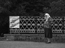 Все на каZантип / Бабушка долго стояла и смотрела афишу. Потом отошла и задумалась. Прияного просмотра