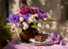 Про шоколадное пирожное и садовые васильки / Шла домой и увидела у бабульки маленький букетик из садовых васильков, не удержалась, купила, пришла домой - не удержалась сфотографировала. Эксповилка, фон - стена соседнего заброшенного дома :)