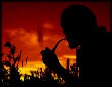 Трубка.Дым.Закат.Мысли. / Курись, табак мой! Вылетай    Из трубки, дым приятный, И облаками расстилай    Свой запах ароматный! Не столько персу мил кальян    Или шербет душистый, Сколь мил душе моей туман    Твой легкий и волнистый! Тиран лишил меня всего —    И чести и свободы, Но всё курю, назло его,    Табак, как в прежни годы; Курю и мыслю: как горит    Табак мой в трубке жаркой, Так и меня испепелит    Рок пагубный и жалкой... Курись же, вейся, вылетай    Из трубки, дым приятный, И, если можно, исчезай    И жизнь с ним невозвратно!  А.И.Полежаев.