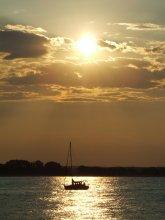 Одинокий корабль на закате / люблю закаты