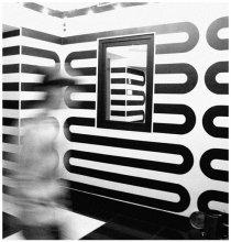 призрак / в начале мое внимание привлек рисунок на стенах помещения. вошедший в кадр человек добавил пространства и динамики.