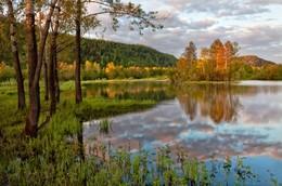Прошедшей осени сюжеты / Как буд-то акварелью написаны картины Тут осень смотрит в воду, там хмурит небо где-то И нам напоминая прошедшие сюжеты...