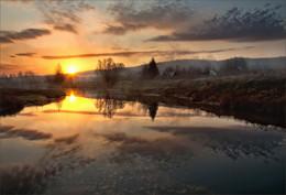 Холодное дыхание осени / Дыханьем осени холодным повеяло, уж не согреться И лишь закат теплом окутал и на него не насмотреться...