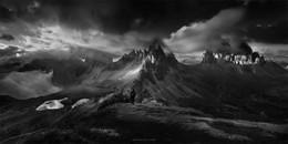 Идеальное место. / Доломитовые Альпы- это идеальное место для любителей горного пейзажа. Во первых, это не горы,а каменные гиганты инопланетян!) Во вторых, высота 2000-3000 практические идеальная . У тебя и небо под ногами, и все стихии. Когда ты слишком высоко, нет чего- то живого , когда низко, нет мощи такой. А тут баланс, баланс света, высоты и бесчисленного количества всевозможных ракурсов. Tre Cime di Lavaredo. Здесь можно смело провести несколько дней. Все остальные места Доломит будут дополнением к прекрасному!  Фототур в Доломитовые Альпы https://mikhaliuk.com/Phototour-Alps-Tre-Cime-di-Lavaredo/