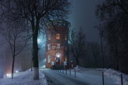 Владимир туманный / Рекомендовано к посещению-музей в водонапорной башне с постоянной экспозицией «Старый Владимир». В башне не только музей, но и отличная смотровая площадка под крышей. От куда прекрасный вид старый город и холмы. И невероятно красивая винтовая лестница, по которой поднимаешься на четвертый этаж к смотровой.