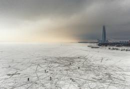 Зимняя рыбалка на льду Финского залива / Финский залив, рыбаки и строящийся высоченный Лахта-центр (башня Газпрома)