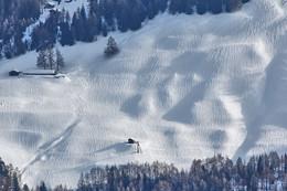 Причессанный снег / Альпы. Швейцария, д.Ридеральп Непонятно появление борозд на снегу склона горы. Глубина снежного покрова 2-3 метра.