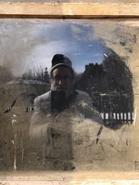 Автопортрет / Если протереть окно, то можно сделать автопортрет