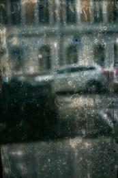 / вид через стекло старого парадного в солнечный день в апреле