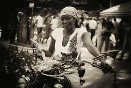 Дама не из Амстердама / Девушка из Белгии, по профессии кузнец, снято на ежегодном фестивале кузнецов в Донецке, ещё до войны.  http://www.youtube.com/watch?v=Wr9ie2J2690