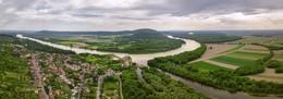 Devin / Руины замка Devin на берегу рек Дуная и Моравы.  Замок в Словакии, а за реками - Австрия.