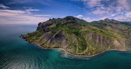 Зеленый остров Карадаг / Цветущий майский Карадаг с воздуха. Коктебель, Крым. Дронопанорама