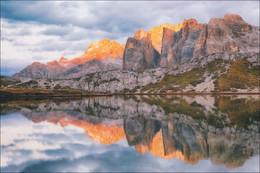 """Энрозадира - закатный свет в Доломитовых Альпах. / Энрозадира - на ладинском языке этот термин означает """"становиться розовым"""". Феномен энрозадиры заключается в том, что на рассвете и закате Дoломиты приобретают красноватые оттенки. Такой эффект свечения происходит потому, что в минералогический состав Дoлoмита входят карбонаты кальция и магния.  Приглашаю всех желающих в сентябре отправиться в путешествие в Доломитовые Альпы и своими глазами наблюдать это свечение в одних из самых живописных гор на Земле!   Присоединяйтесь! Подробности по ссылке - https://viktardzerkach.livejournal.com/47472.html"""