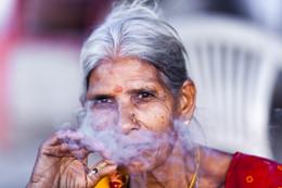 indian women / women smoked