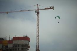 Ветер не в голове / крановщик летит на рабочее место
