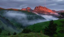 Закат с радугой над Ачешбоками / Во второй половине дня стоял сплошной туман . И вдруг , чудесным образом во время заката он рассеялся ! Закатный свет ложился на скалы и холмы ! Появилась радуга ! Впечатление было незабываемым .