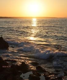 Тёплое утро. / Путешествуя по Греции,нужно обязательно увидеть восход солнца.Это завораживает и создаёт особое настроение на весь день!  Лучи ярко-золотые  Осветили море вдруг  Небеса уж голубые  Расстилаются вокруг..