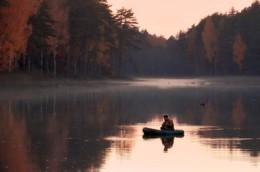 Октябрьское тепло, рыбакам в радость / В Национальном парке Орловское Полесье порядка десяти озёр, из них пять крупных, в которых много рыбы, но не всегда она рыбака радует, погода сильно влияет на улов. И вот тёплый октябрь порадовал рыбаков, особенно в вечернее время.