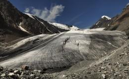 Большой Актру. / Большой Актру – это основной ледник, занимающий площадь около 10 кв. км Максимальная мощность льда на Алтае местами достигает толщи до 360 метров .