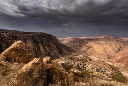 Дана / Закат у спуска в долину Дана. По этой тропе шли когда-то торговые караваны с юга Аравии через Петру в порт Газы, груженые специями, ладаном и миррой. Долина Дана, Иордания