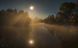 Сонная река, яркая луна / Тихо очень, слышно, как спят ивы по берегам реки. Ярко очень, видно, как луна с собой любуется. Туманно очень, чувствую, как плыву к вееру света.  Из осенней фотоэкспедиции по Астраханскому заповеднику.  Фотопроект «Дельта Волги». Обжоровский участок, Астраханского заповедника. Середина октября, 2018 г.