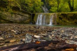 Осенний листок у водопада / Полковничьи водопады