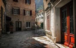 Городок. / Центр Котора — это Старий Град, наиболее яркая достопримечательность, которая внесена ЮНЕСКО в Список объектов Всемирного наследия человечества.
